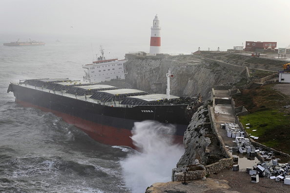 Container Ship「Cargo Ship Runs Aground At Europa Point During Severe Storm」:写真・画像(11)[壁紙.com]