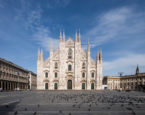 Cathedral「Italy, Milan, Flock of birds at Piazza del Duomo during COVID-19 outbreak」:スマホ壁紙(9)