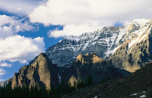 Yoho National Park「Yoho National Park, British Columbia, Canada. A scenic view of snow-capped Rocky Mountains in Yoho National Park.」:スマホ壁紙(13)