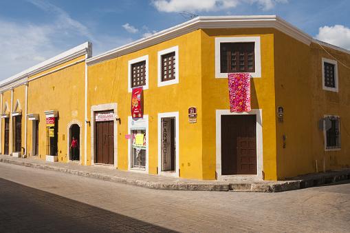 Corner「Street scene and colorful buildings in Izamal, Mex」:スマホ壁紙(12)