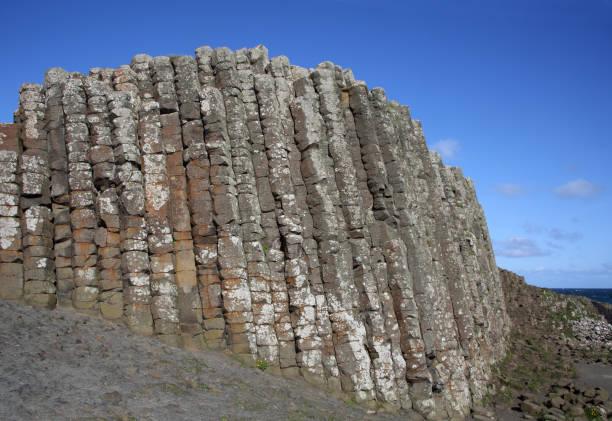 High basalt columns with sea beyond, Giant's Causeway.:スマホ壁紙(壁紙.com)