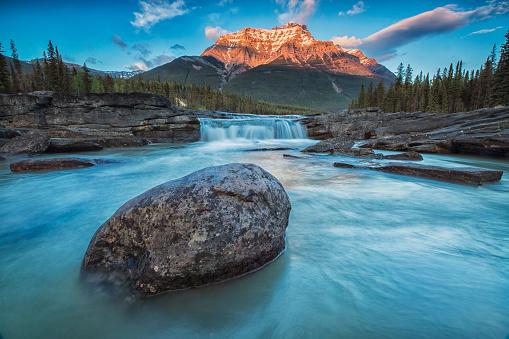Athabasca River「Sunset lights up Mount Fryatt as the Athabasca River flows over Athabasca Falls in Jasper National Park」:スマホ壁紙(5)