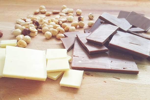 Milk chocolate, white chocolate and nuts:スマホ壁紙(壁紙.com)