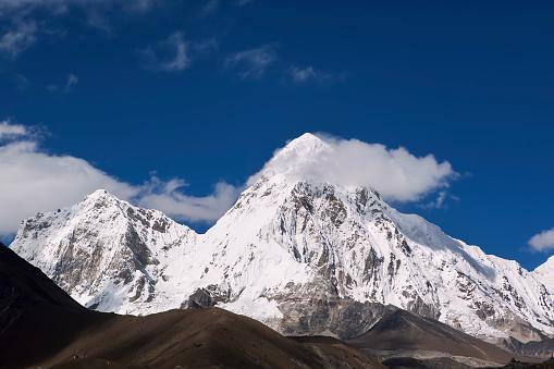 Khumbu「Pumori (or Pumo Ri) is a mountain on the Nepal-Tibet border in the Mahalangur section of the Himalayas.」:スマホ壁紙(5)