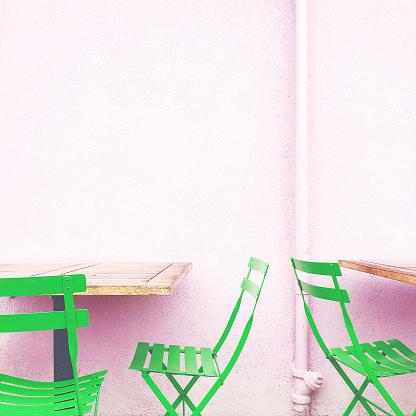 スクエア「Chairs and Wall」:スマホ壁紙(1)