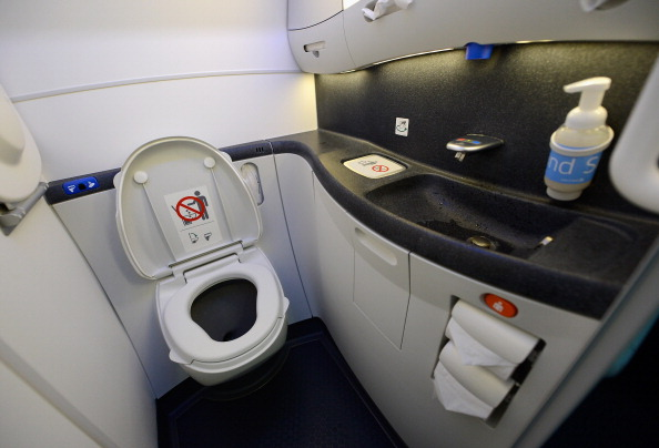 Bathroom「United Airlines Highlights A 787 Dreamliner」:写真・画像(12)[壁紙.com]