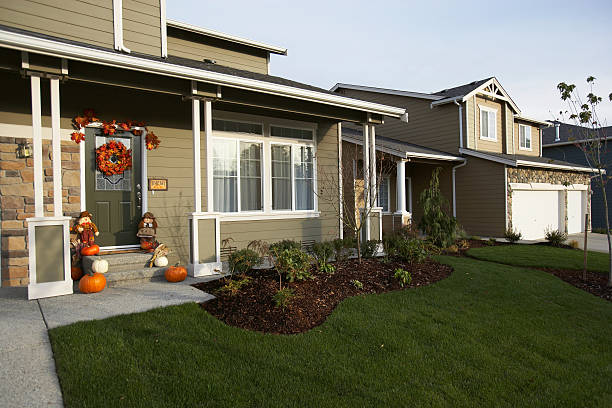 Exterior of house with Halloween decorations on front porch:スマホ壁紙(壁紙.com)