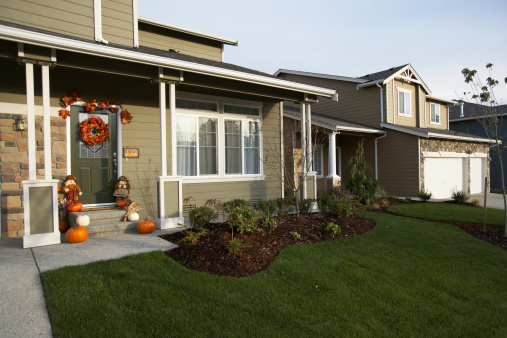 飾りつけ「Exterior of house with Halloween decorations on front porch」:スマホ壁紙(14)