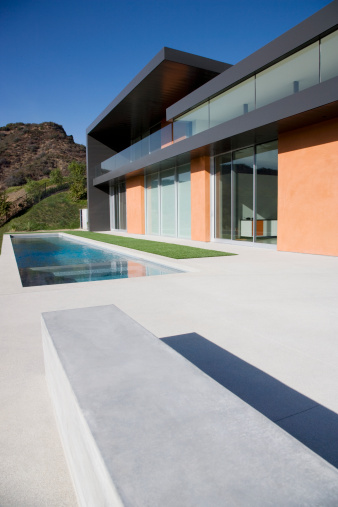 Calabasas「Exterior of modern house and swimming pool」:スマホ壁紙(17)