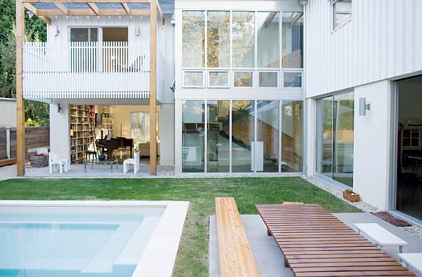Exterior of modern house, swimming pool:スマホ壁紙(壁紙.com)