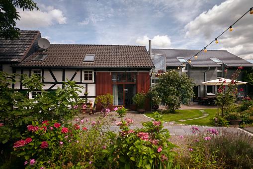 花「Exterior of a German haft timbered (Fachwerk) 18th century farmhouse and cottage garden」:スマホ壁紙(2)