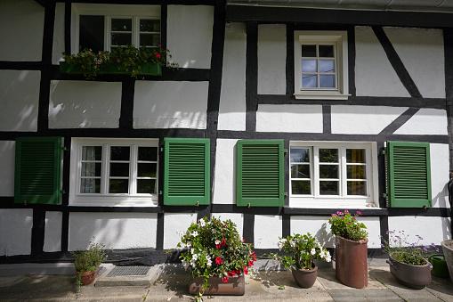 花「Exterior of a German haft timbered (Fachwerk) 18th century farmhouse」:スマホ壁紙(3)