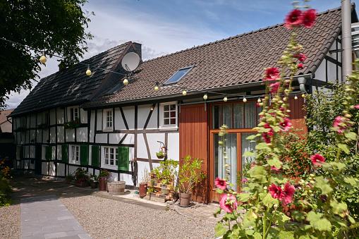 花「Exterior of a German haft timbered (Fachwerk) 18th century farmhouse with barn conversion and cottage garden」:スマホ壁紙(0)