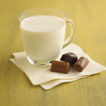 Milk Chocolate「Glass of milk with chocolates」:スマホ壁紙(5)