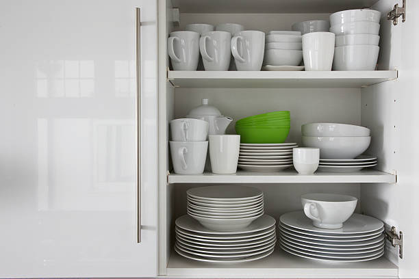 white crockery stacked in cupboard with green bowl:スマホ壁紙(壁紙.com)