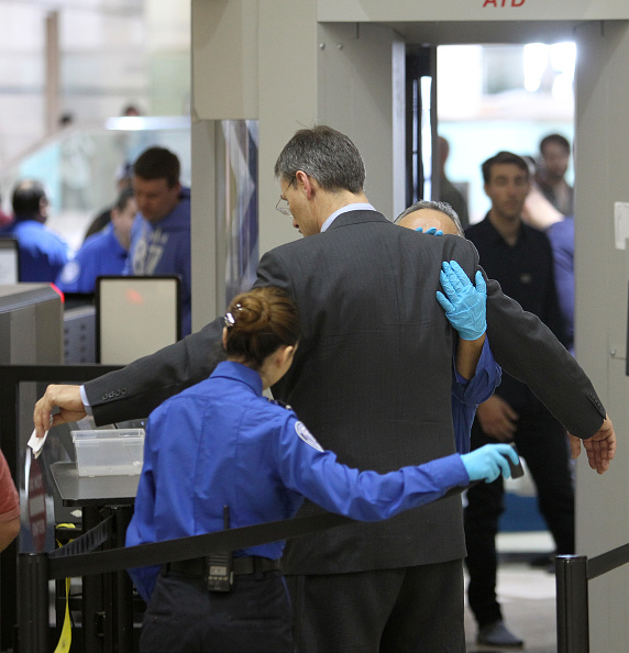 保安「Homeland Security Chief Jeh Johnson Tours TSA Security Operation At LAX」:写真・画像(11)[壁紙.com]