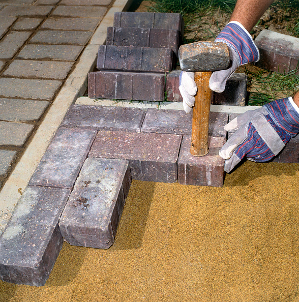 Paving Stone「Laying paving stones in a front garden」:写真・画像(1)[壁紙.com]