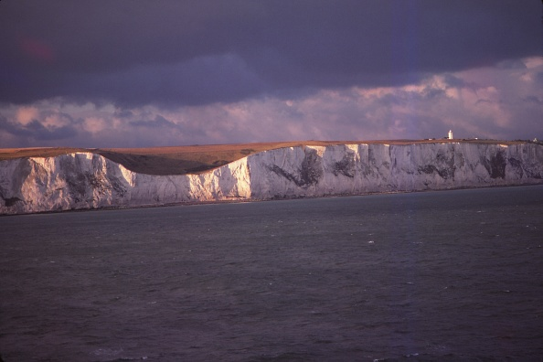 St「South Foreland Cliffs And Lghthouse From The Sea Of Dover」:写真・画像(1)[壁紙.com]