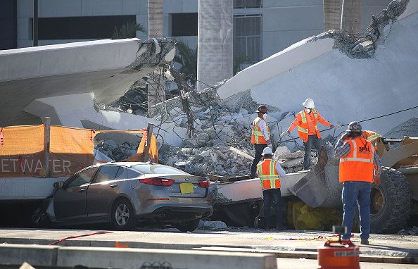 Collapsing「At Least 6 Dead After Collapse Of Pedestrian Bridge In Miami」:写真・画像(16)[壁紙.com]