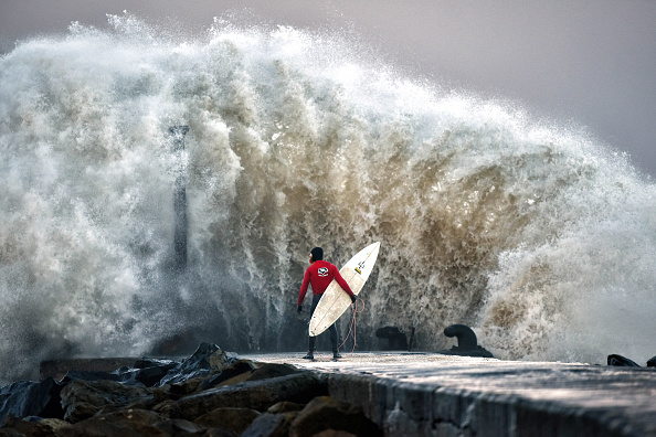 サーフィン「A Pro-surfer Waits For A Break In The Surge」:写真・画像(5)[壁紙.com]