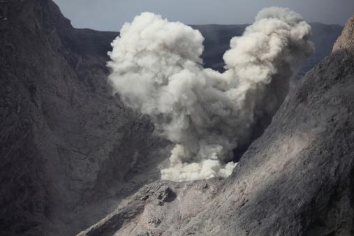 Emitting「Ash cloud rises from crater of Batu Tara volcano, Indonesia.」:スマホ壁紙(14)