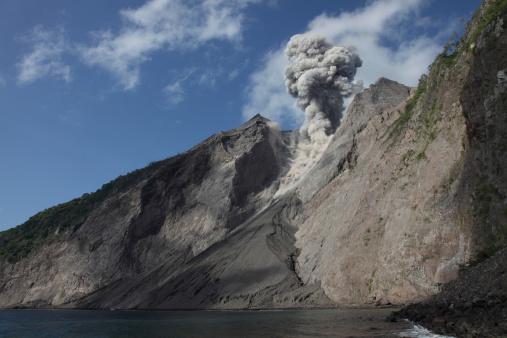 Emitting「Ash cloud rises from crater of Batu Tara volcano, Indonesia.」:スマホ壁紙(19)