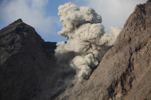 Emitting「Ash cloud rises from crater of Batu Tara volcano, Indonesia.」:スマホ壁紙(9)
