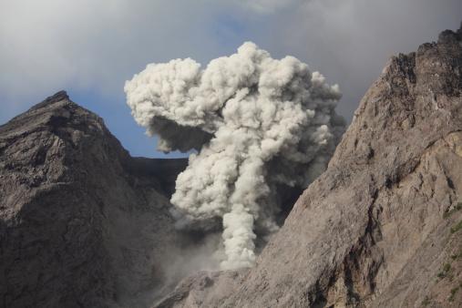 Emitting「Ash cloud rises from crater of Batu Tara volcano, Indonesia.」:スマホ壁紙(15)