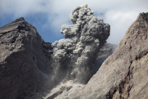 Emitting「Ash cloud rises from crater of Batu Tara volcano, Indonesia.」:スマホ壁紙(8)