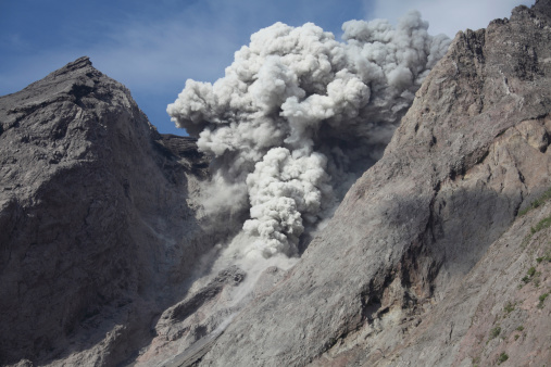 Emitting「Ash cloud rises from crater of Batu Tara volcano, Indonesia.」:スマホ壁紙(18)
