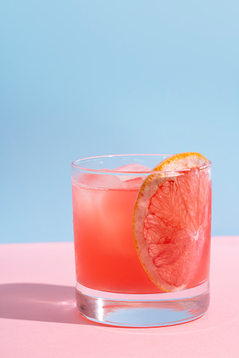 Grapefruit「Grapefruit cocktail on pink table and blue wall summer drink」:スマホ壁紙(4)