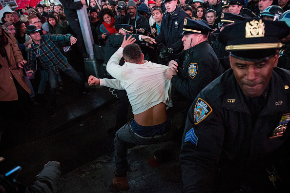 Andrew Burton「Protests Continue For A Second Day In NYC After Ferguson Grand Jury Decision」:写真・画像(12)[壁紙.com]