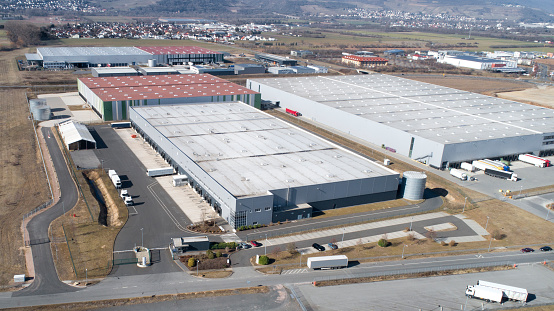 Factory「Large industrial buildings roofs and trucks」:スマホ壁紙(17)
