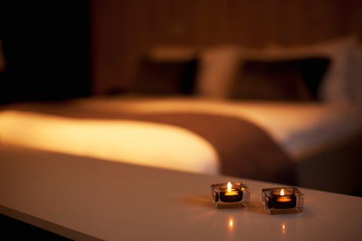 Selective Focus「燃えるキャンドル、贅沢なベッドの背景」:スマホ壁紙(7)