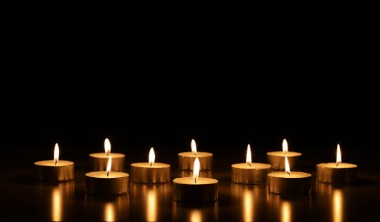 Praying「burning candles」:スマホ壁紙(11)