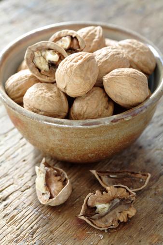 Walnut「Bowl full of walnuts」:スマホ壁紙(10)