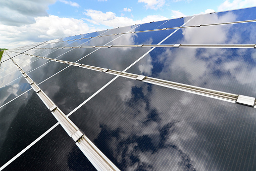 Solar Energy「Germany, photoelectric cells of solar power plant with reflections of clouds, partial view」:スマホ壁紙(10)