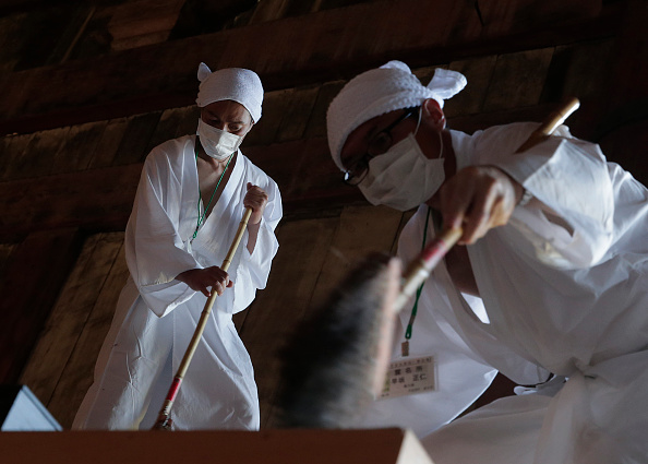 Great Buddha Hall - Nara「Monks Clean The Great Buddha of Nara  Ahead Of Bon Festival」:写真・画像(7)[壁紙.com]