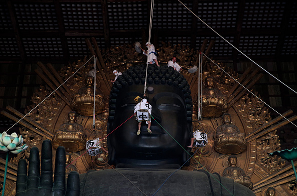 Giant Buddha「Monks Clean The Great Buddha of Nara  Ahead Of Bon Festival」:写真・画像(13)[壁紙.com]
