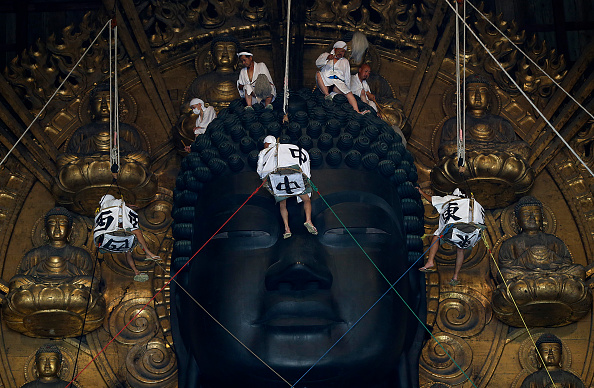 Giant Buddha「Monks Clean The Great Buddha of Nara  Ahead Of Bon Festival」:写真・画像(14)[壁紙.com]
