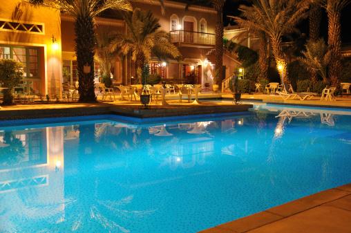 プール「夜のホテル」:スマホ壁紙(3)