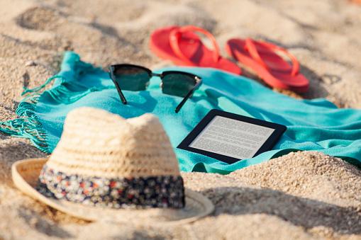 Flip-Flop「Towel, sunglasses, flip-flops, straw hat and digital tablet on sandy beach」:スマホ壁紙(18)
