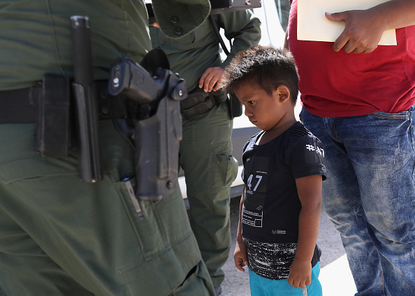 アメリカ合衆国「Border Patrol Agents Detain Migrants Near US-Mexico Border」:写真・画像(1)[壁紙.com]