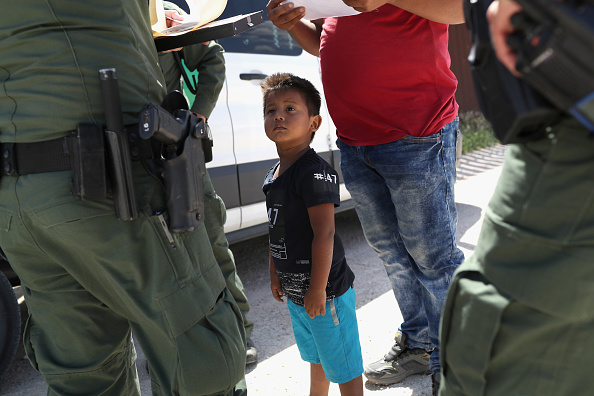 Refugee「Border Patrol Agents Detain Migrants Near US-Mexico Border」:写真・画像(17)[壁紙.com]