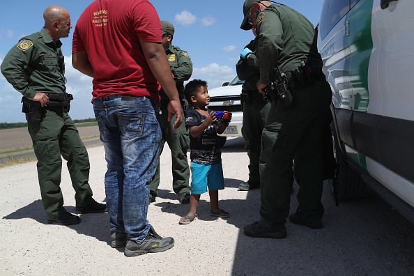 John Moore「Border Patrol Agents Detain Migrants Near US-Mexico Border」:写真・画像(7)[壁紙.com]