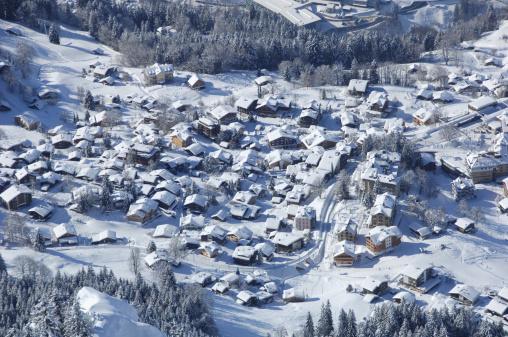 Chalet「Little village under snowcoversd peaks」:スマホ壁紙(9)