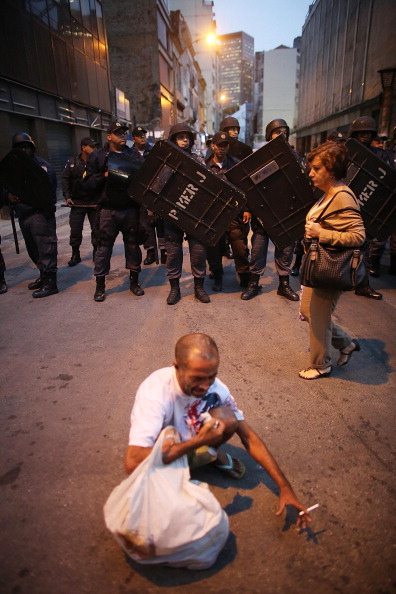 Guarding「Anti-Government Protesters Hold Demonstration In Rio」:写真・画像(16)[壁紙.com]