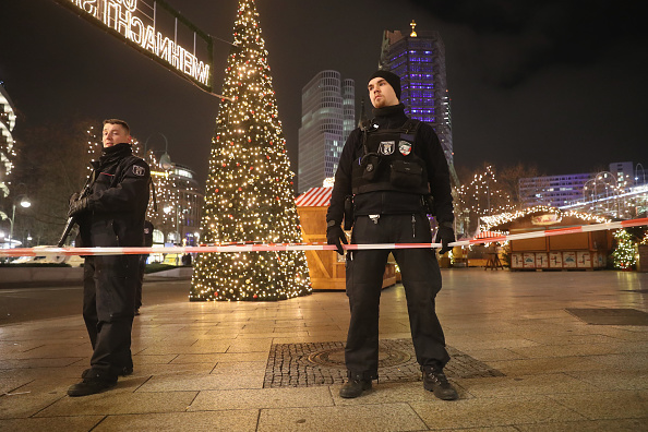 ベルリン「Lorry Drives Through Christmas Market In Berlin」:写真・画像(1)[壁紙.com]
