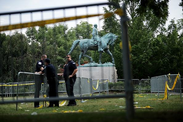 シャーロッツビル エマンシペーション公園「Community Of Charlottesville Mourns, After Violent Outbreak Surrounding Saturday's Alt Right Rally」:写真・画像(15)[壁紙.com]
