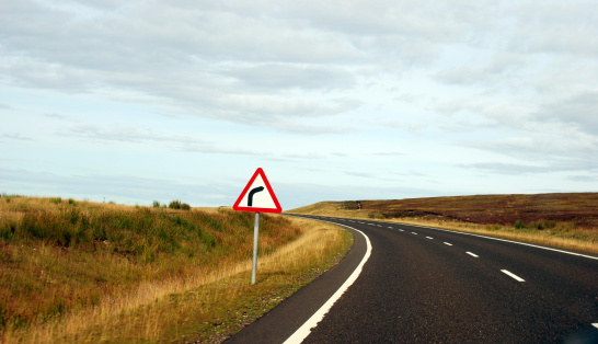 Country Road「Misleading sign in the Highlands, Scotland」:スマホ壁紙(16)